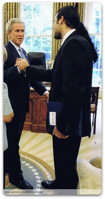 احمد باطبی از جمله جاسوسانی است كه با جورج بوش عکس يادگاری دارد